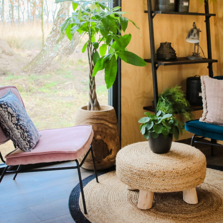 Knus zitje met roze fauteuil en rieten tafeltje