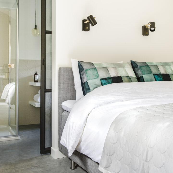 Tweepersoons bed in de B&B met aangrenzende badkamer
