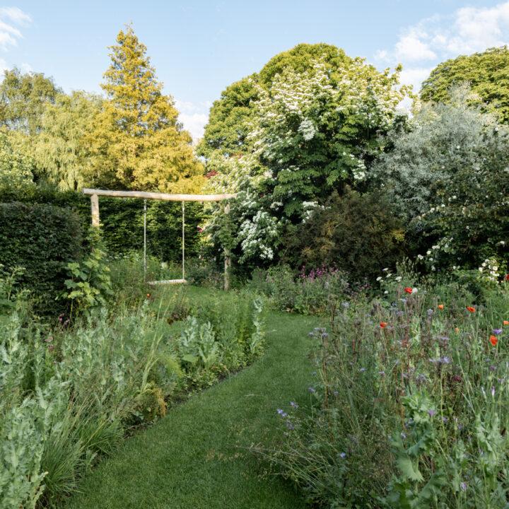 Weelderige tuin met schommel in Breda