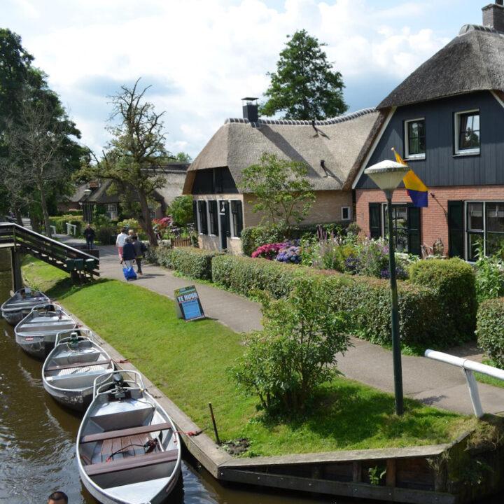 Fluisterbootjes in de Dorpsgracht in Giethoorn