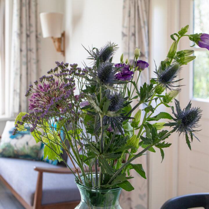 Bos bloemen in tinten paars en blauw