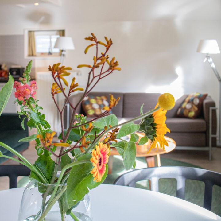 Fleurige bloemen op tafel in het vakantiehuis