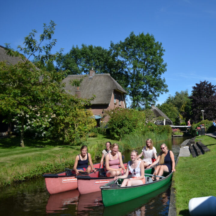 Drie kano's met jonge meiden in Giethoorn