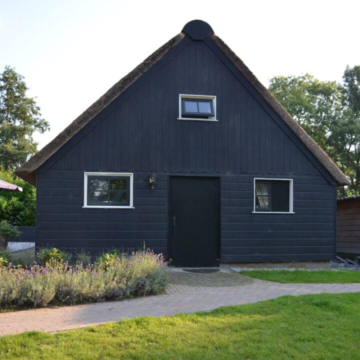 Zwart houten vakantiehuis voor 2 personen in Giethoorn