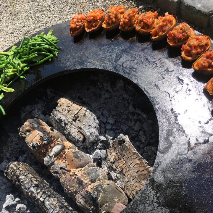 Buiten koken voor de gasten