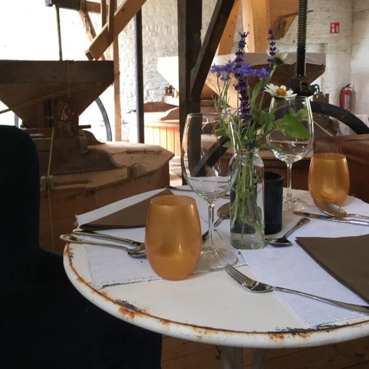 Gedekte tafel voor de gaste, aanschuiven voor het diner