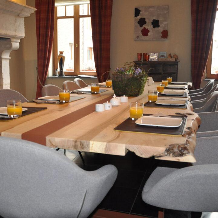 Lange gedekte tafel voor het ontbijt van de gasten de gasten