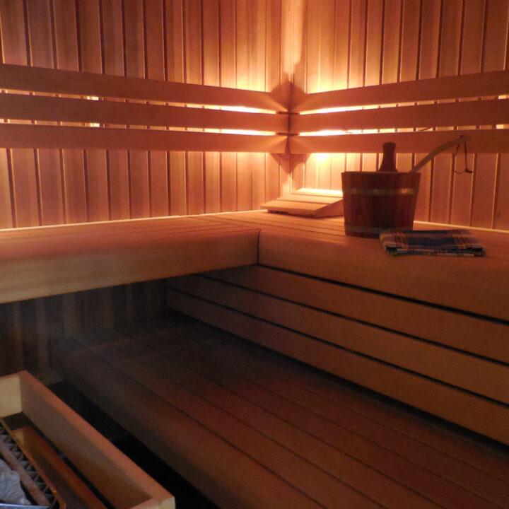 Sauna en jacuzzi van de wellness van de bed and breakfast