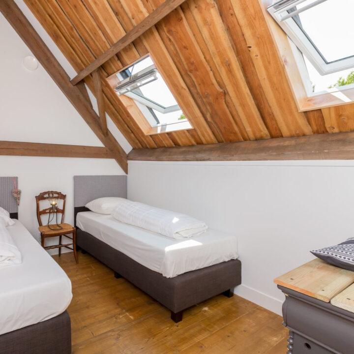 Slaapkamer met losse bedden voor twee personen