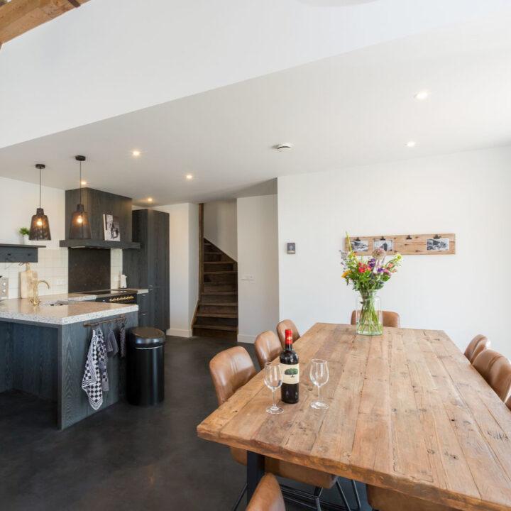 Eettafel en open keuken in vakantiehuis in Zeeland