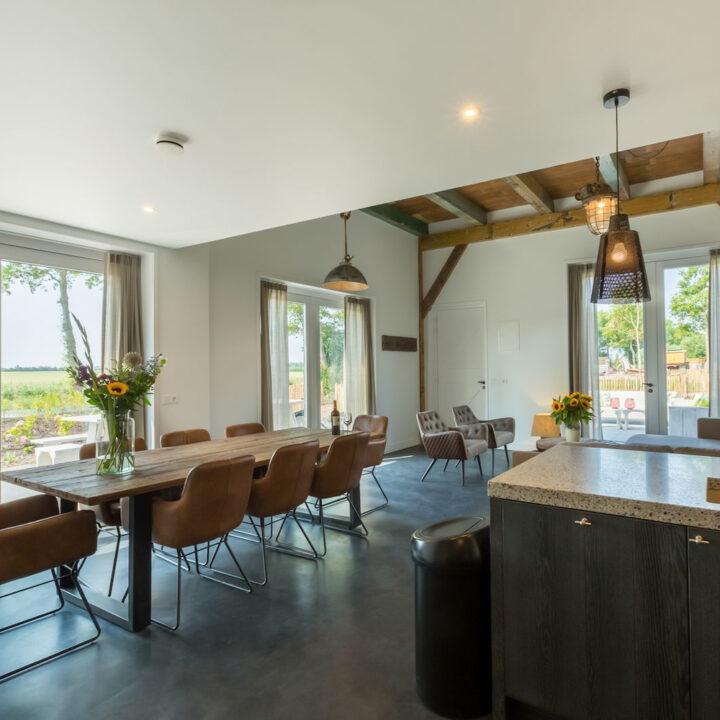 Doorkijk in de woonkamer met eettafel in een vakantiehuis in Zeeland