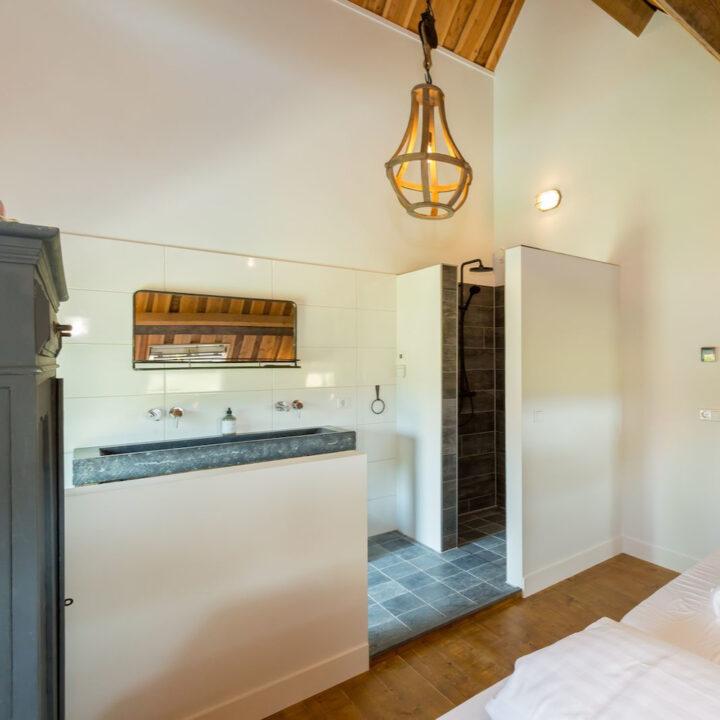 Open badkamer in slaapkamer vakantiehuis 8 personen Zeeland