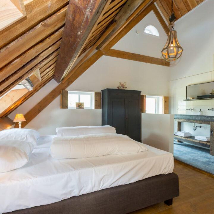 Slaapkamer met eigen badkamer in vakantiehuis Zeeland