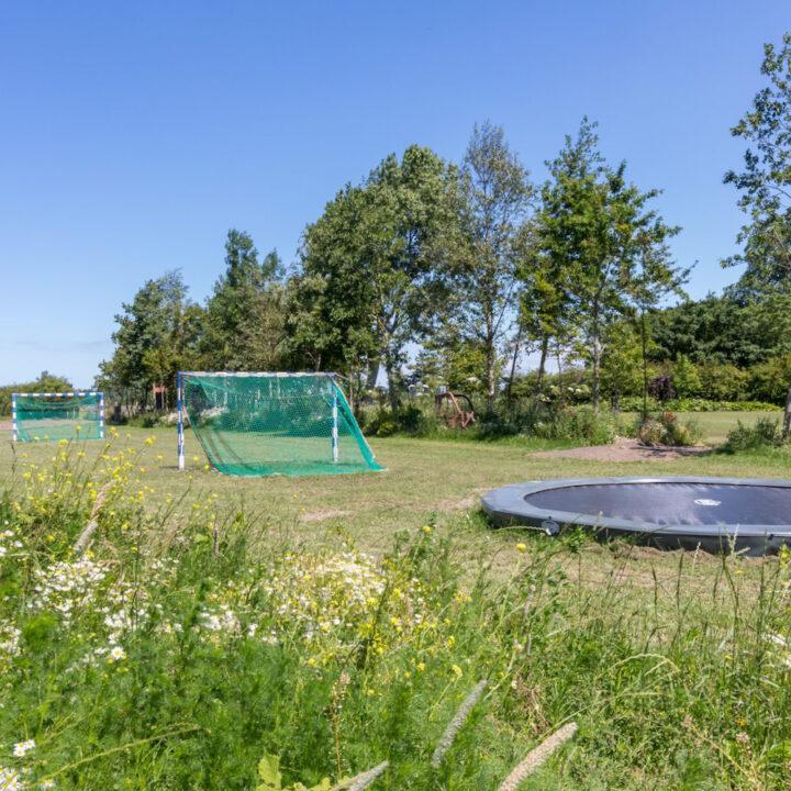 Speelveld met trampoline en goaltjes bij vakantiehuis in Vrouwepolder Zeeland