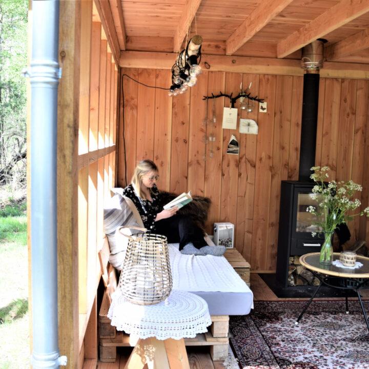 Zithoek in de buitenkamer in Twente