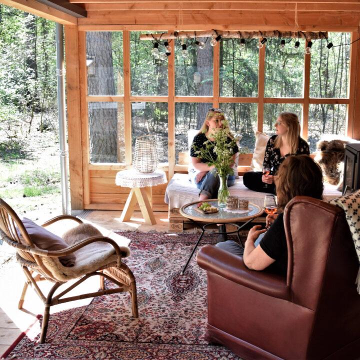 Veranda met houtkachel bij het vakantiehuis in Lutterzand