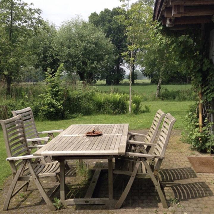 Terras en tuin bij het natuurhuisje in Brabant