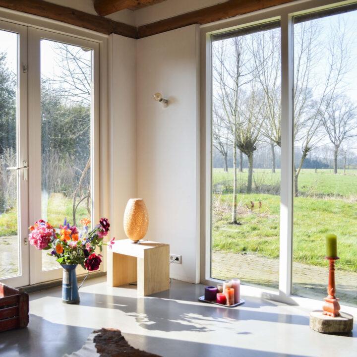 Grote ramen in het vakantiehuisje