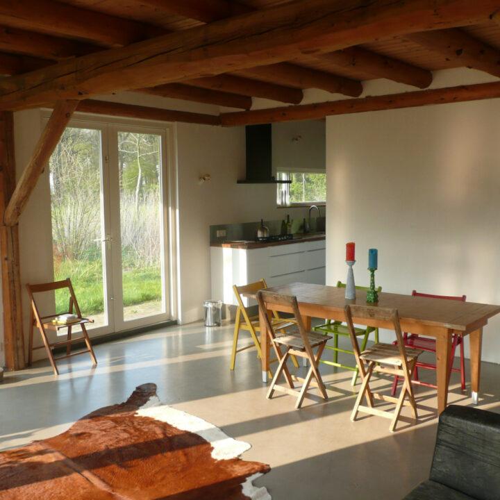 Eettafel met houten stoeltjes in het natuurhuisje