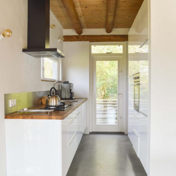 Moderne keuken in het natuurhuisje in Haaren