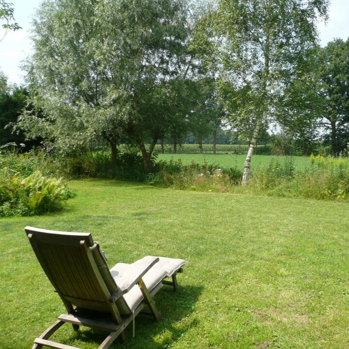 Ligstoel op het grasveld met uitzicht over het platteland
