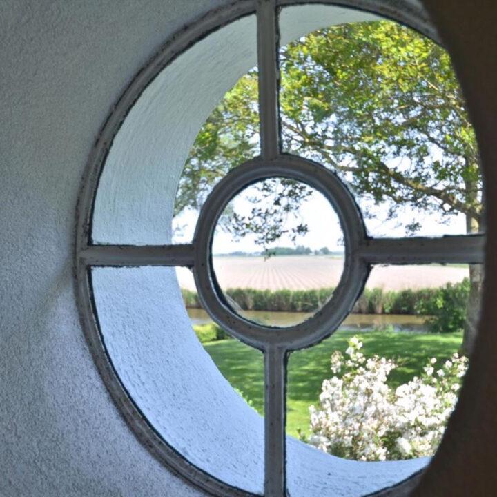 Raam met zicht op de tuin Landgoed Wildenheerd