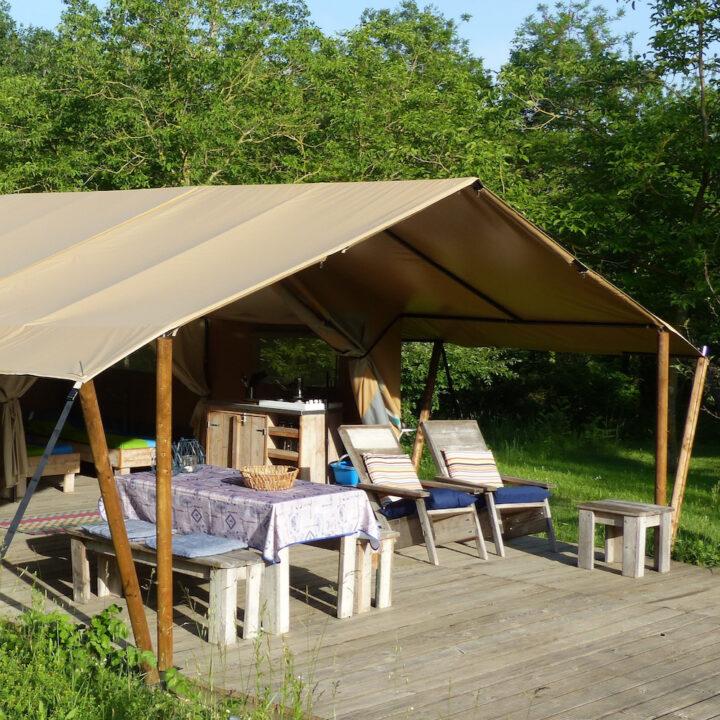 Comfortabel ingerichte safaritent bij Landgoed Wildenheerd voor een vakantie in Groningen