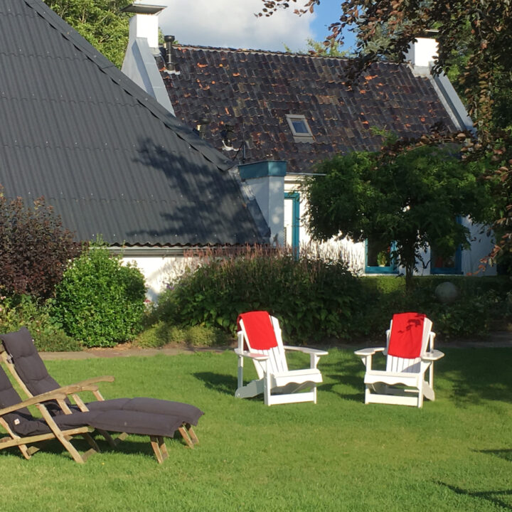 Grote tuin met verschillende plekken voor de gasten in Groningen bij Landgoed Wildenheerd
