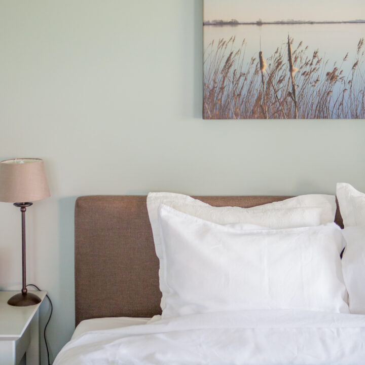 Bed and breakfast kamer in serene kleuren, in Friesland