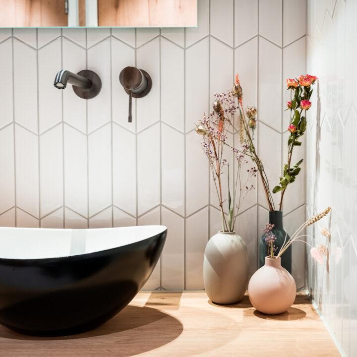 Bijzondere tegels in de badkamer van Hotel de Beerze in Brabant