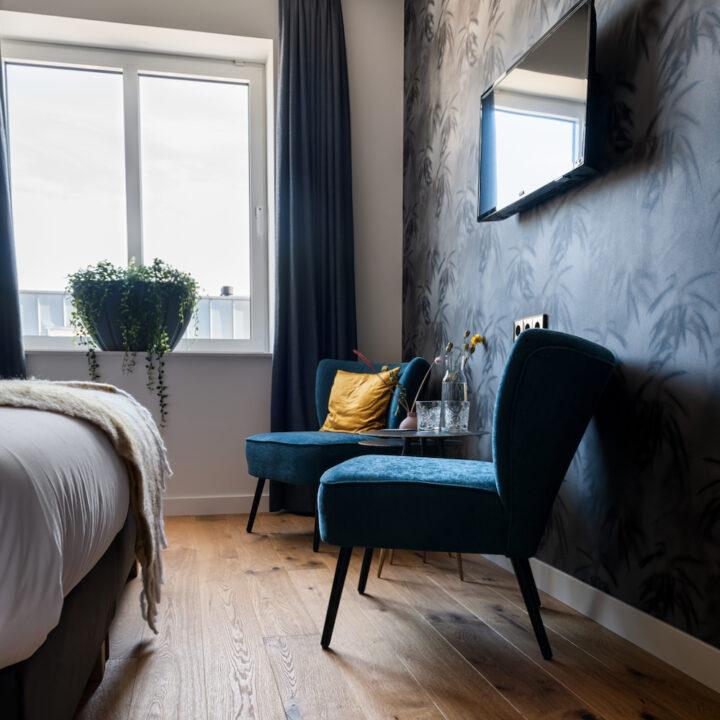 Zithoekje op hotelkamer in Hotel de Beerze in Brabant