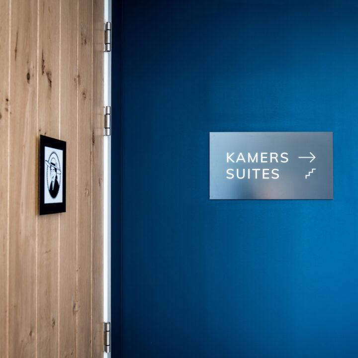 Overloop met aanduiding kamers en suites