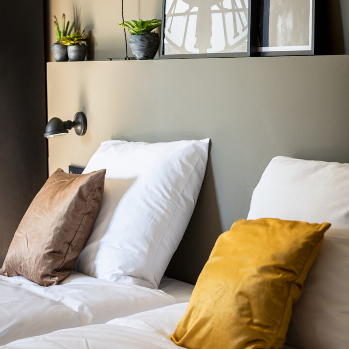 Kussens op bed van de hotelkamer