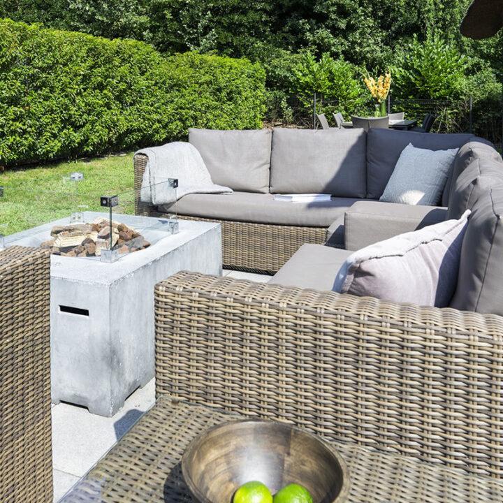 Loungebanken op het terras van de luxe vakantievilla