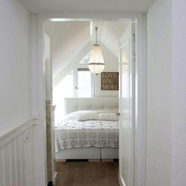 Doorkijk naar slaapkamer in de vakantievilla