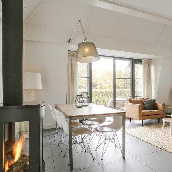 Brandende kachel in licht en modern vakantiehuis in Schoorl