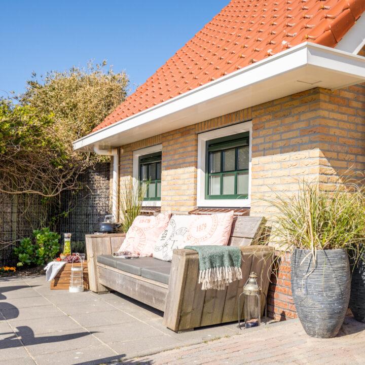 Terras met loungebank en BBQ bij het vakantie appartement op Ameland