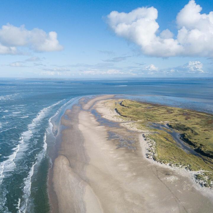 Luchtfoto van Ameland met het strand en de Noordzee