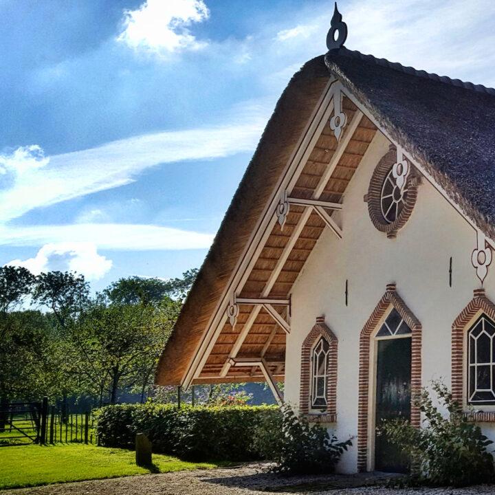 Bijzonder vakantiehuis met rieten dak in Linschoten
