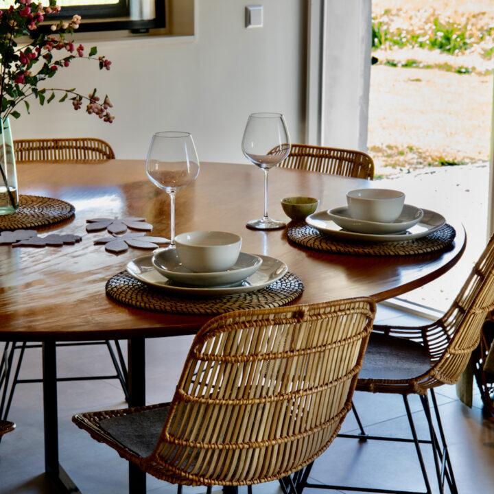 Ronde eettafel met rotan stoelen in het vakantiehuis in Linschoten
