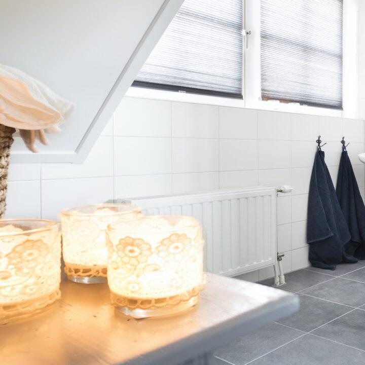 Ruime badkamer van het vakantiehuis in Zeeland