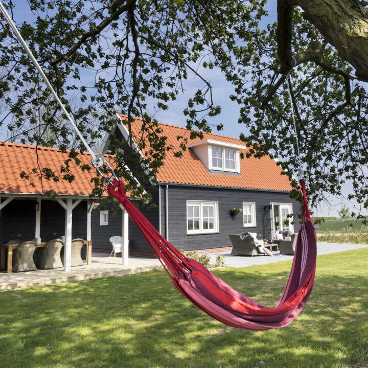 Hangmat in de tuin van het vakantiehuis in Zeeland