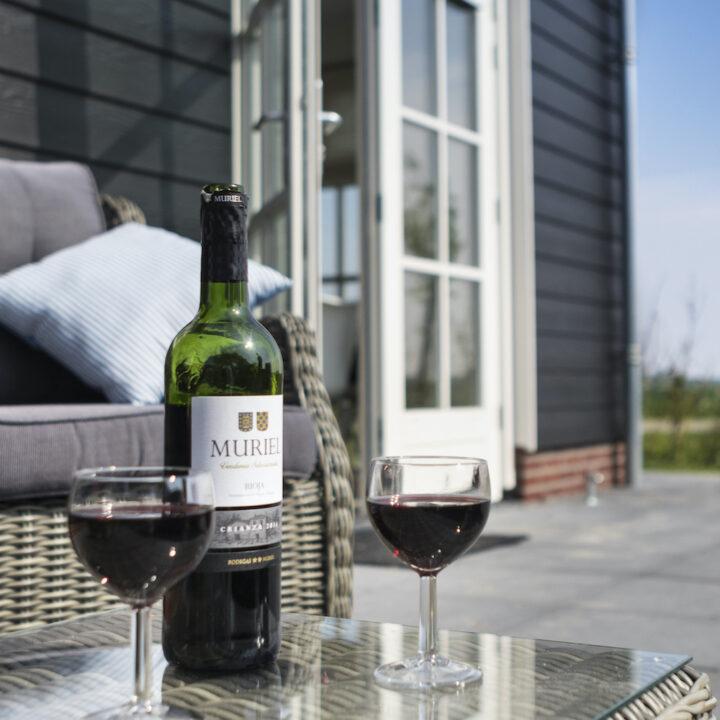 Terras met wijn bij het vakantiehuis in Zeeland