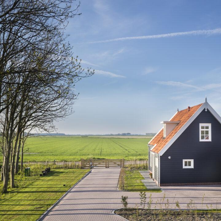Modern zwart vakantiehuis in Zeeland