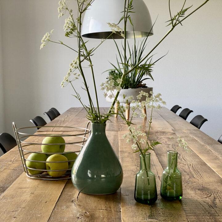 Eettafel met veldbloemen