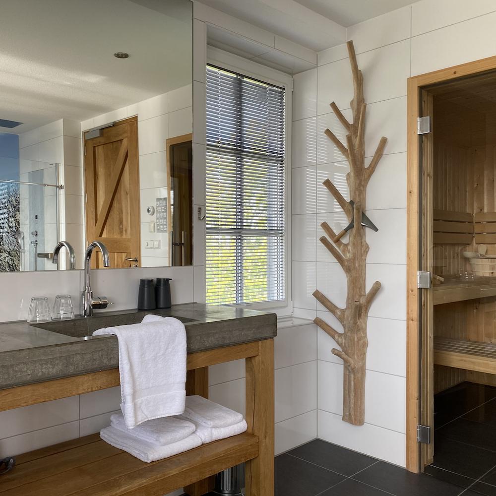 Badkamer met privé sauna op Texel