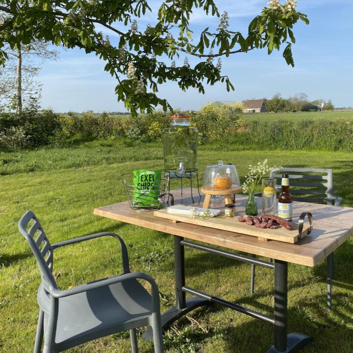 Genieten van een borrel in de tuin van Nieuw Leven op Texel