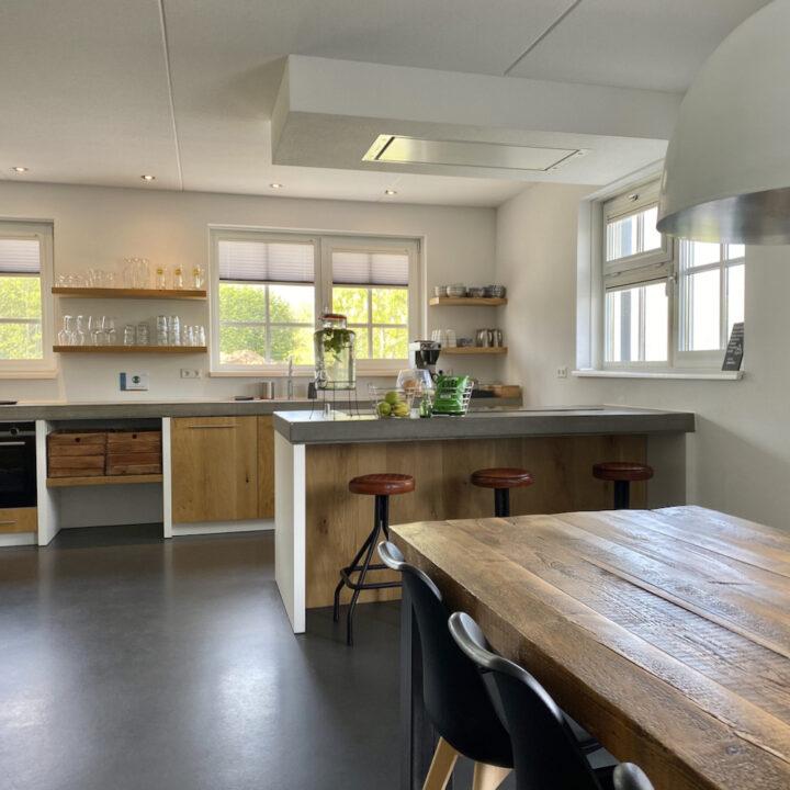Keuken en eettafel groepsacommodatie op Texel