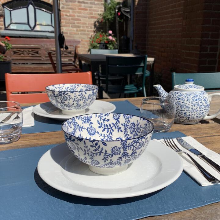 Ontbijt bij mooi weer in de tuin van Hotel de Gravin