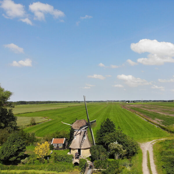 Luchtfoto van de poldermolen in Friesland